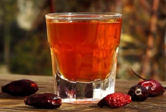 Сладкая водка - ратафия - из шиповника