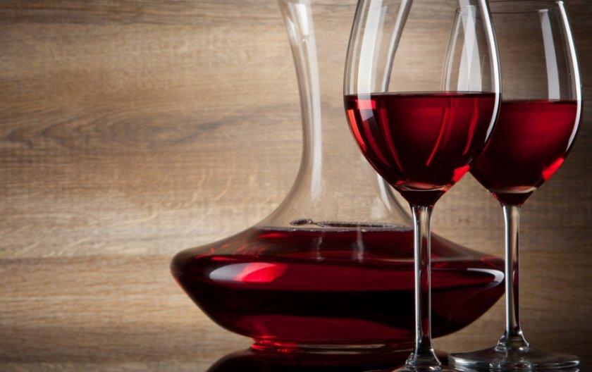 Купажированное вино красная смородина