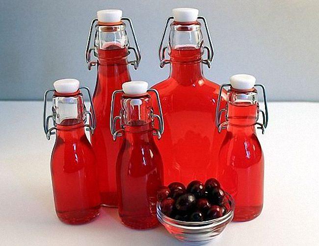 Домашний клюквенный ликер в бутылях
